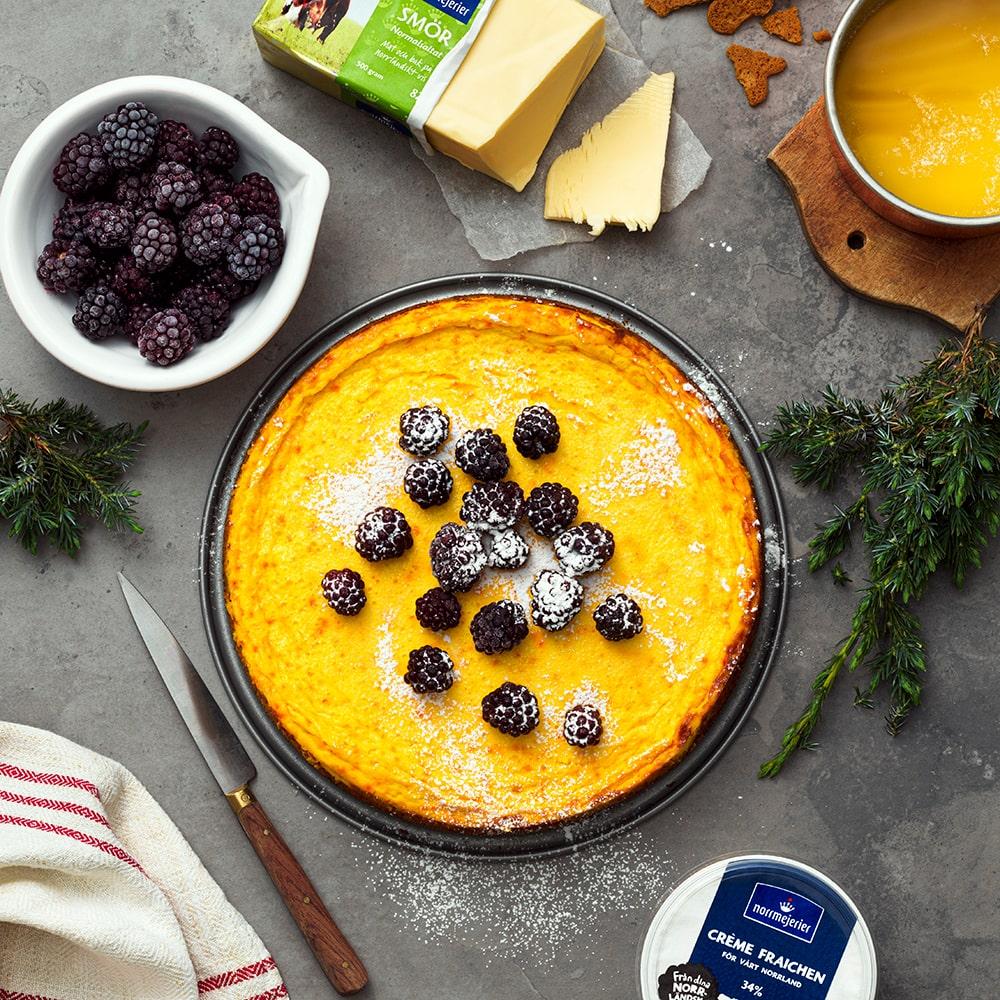 Saffrans-cheesecake med pepparkaksbotten