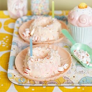 Små glassbakelser med polkagrissmak