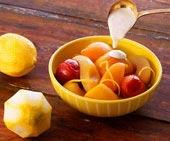 Pocherad frukt med honungssås