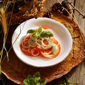 Bifftomatsallad med oliv- och sardellpasta
