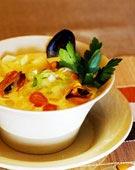 Matig musselsoppa med lök och potatis