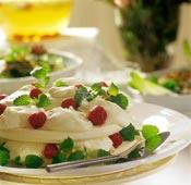 Marängtårta med grädde och jordgubbar