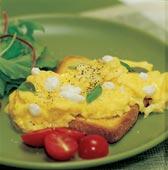 Goda lunchmackan med äggröra och vitlök