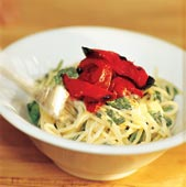 Spenatpasta med ostsås och stekt paprika