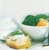 Grönsakssoppa med vitlök och basilika