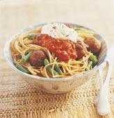 Fullkornspasta med tomatsås och köttbullar