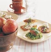 Snittar med ägg och rökt fisk
