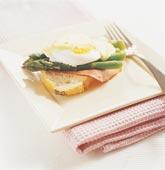 Varm smörgås med skinka, ägg och sparris