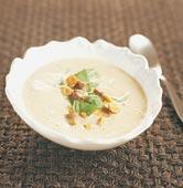 Svampsoppa med rostade hasselnötter