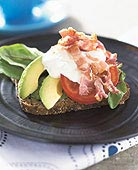 Avokadosmörgås med bacon och bluecheese