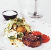 Oxfilémedaljonger med curryslungad potatis och paprikasalsa
