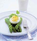 Nykokt sparris med crème fraiche-fyllda ägg