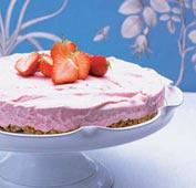 Glass- och jordgubbstårta med cantuccinibotten