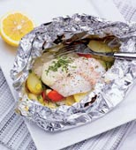 Fisk i foliepaket med vårlök och färskpotatis