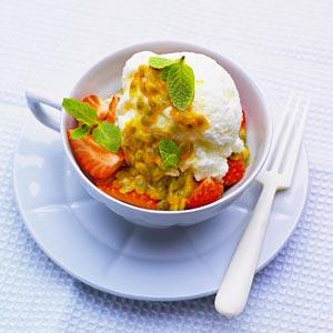 Frusen yoghurt medJordgubbs- och passionsfruktssallad