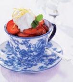 Jordgubbssallad med yoghurtglass