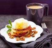 Dinkelplättar med stekta äppelskivor, rinnande honung och valnötter