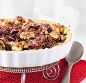 Rödlökspaj toppad med valnötter