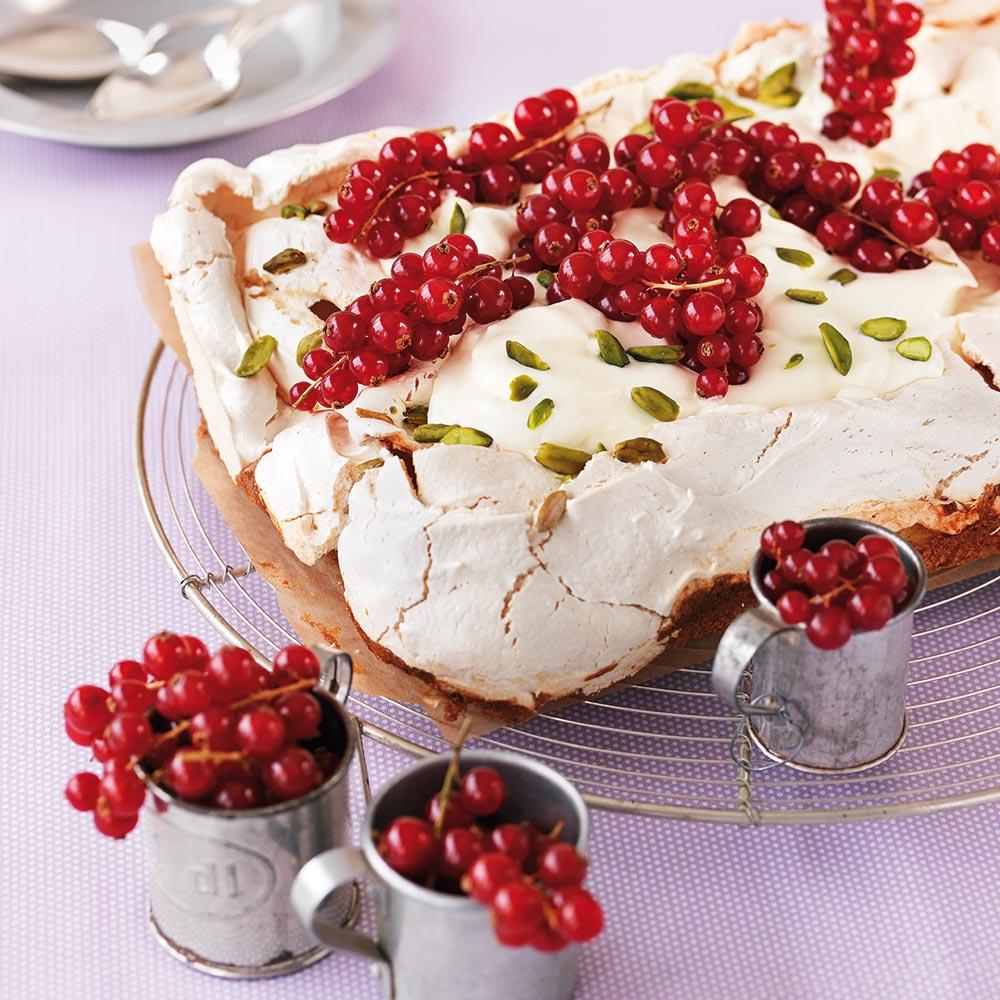 Marängtårta med röda vinbär