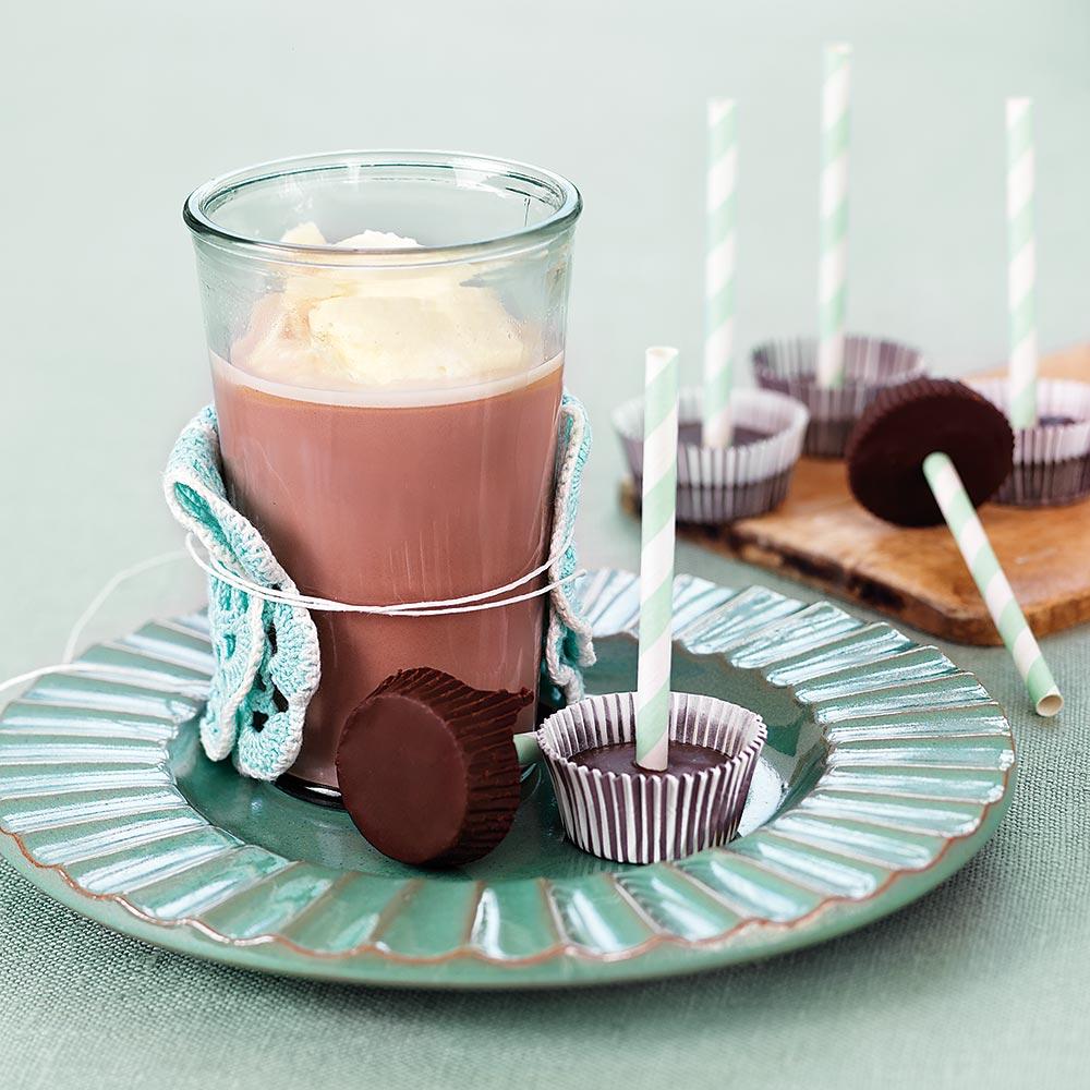 Varm choklad med chokladklubba och vispgrädde