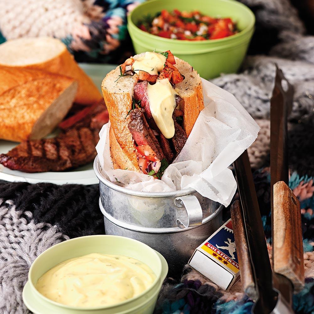 Fylld baguette med grillad biff och tomatsalsa