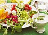 Grönsaksstavar med örtfraiche