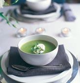 Soppa på gröna ärtor med timjangrädde