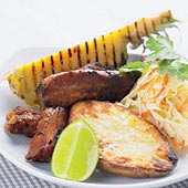 Spareribs med orientalisk coleslaw, bakad potatis och grillad ananas