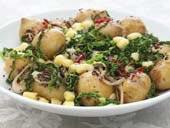 Kryddiga småpotatisar med vitlöksfräst grönkål och Norrglimt