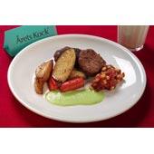 Köttfärsbiffar med skinka, ugnsbakade rotfrukter, majs- och tomatsalsa och grön ärtsås