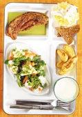 Stekt souvasfläsk med ängagrönsaker och saltbakad mandelpotatis samt salladskål med matyoghurt och äpple
