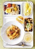Bräserat kycklinglår med salvia och citron, bönor, fänkåls- och apelsinsallad samt tomatris