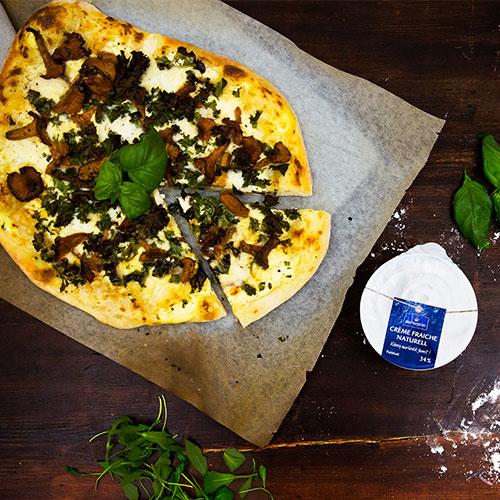 Laktosfri Pizza Bianca med grönkål och smörstekta kantareller