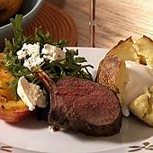 Lingon & ingefärsmarinerade hjortracks med bakad potatis, grillade persikor och blue cheesesallad