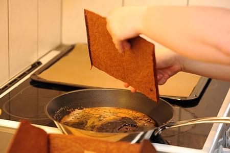 Limma pepparkakshusdelarna med smält socker